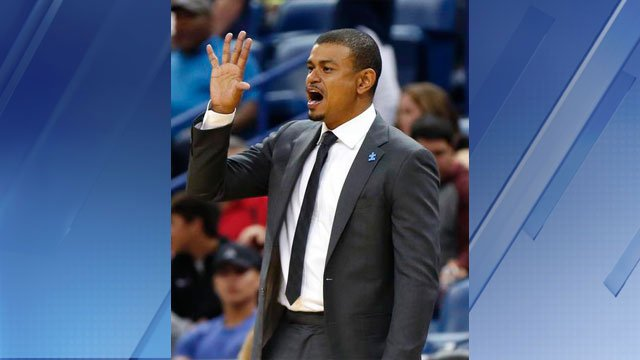 Phoenix Suns head coach Earl Watson calls out from the bench in the second half of an NBA basketball game against the New Orleans Pelicans in New Orleans, Saturday, April 9, 2016. (Source: AP Photo/Gerald Herbert)