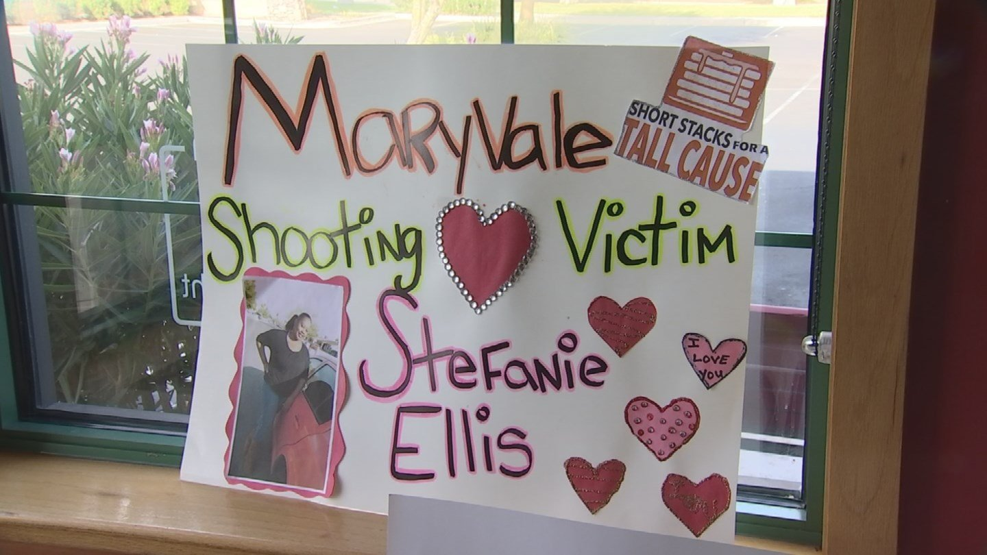 A fundraiser was held at a south Phoenix Applebee's to help the Ellis family. (Source: KPHO/KTVK)