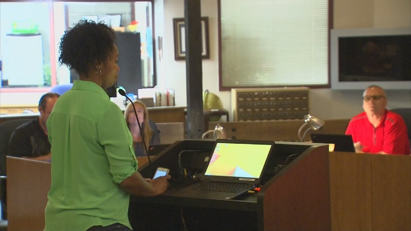 Roxanne Harvard took her concerns about the way her daughter was treated to the Buckeye school board. (Source: KPHO/KTVK)