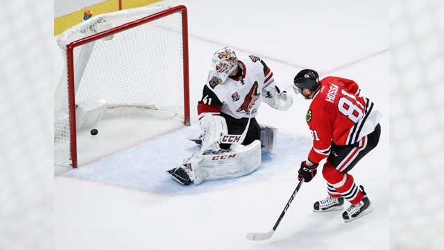 Chicago Blackhawks right wing Marian Hossa, right, scores against Arizona Coyotes goalie Mike Smith, left, during the third period of an NHL hockey game Tuesday, Dec. 6, 2016, in Chicago. The Blackhawks won 4-0. (Source: AP Photo/Kamil Krzaczynski)
