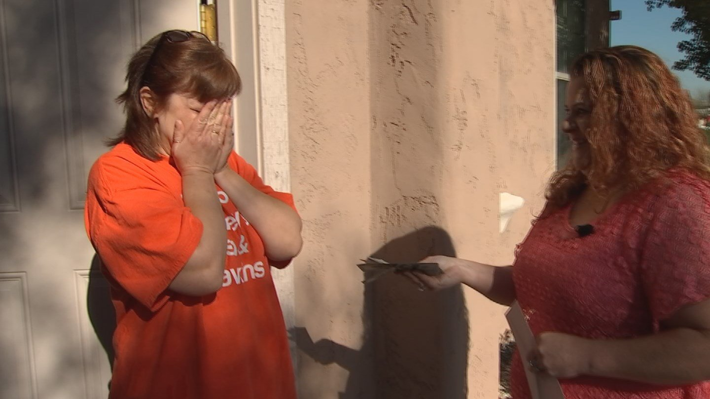 Kim Reasons surprised Hart at her home with $500 through CBS 5's Pay It Forward program. (Source: 3TV/CBS 5)